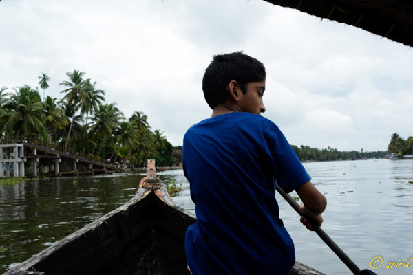 boat rowing or Canoeing Through Alleppey Backwaters